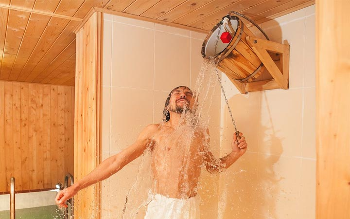Обливание холодной водой после парилки